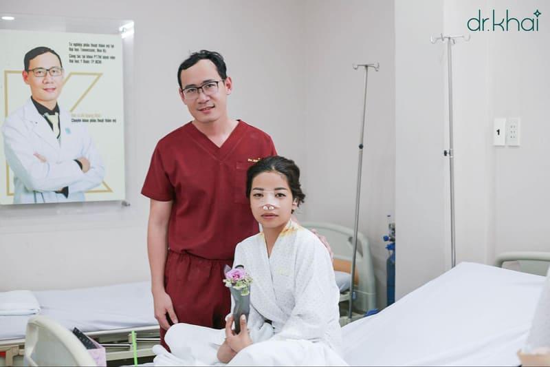 bác sĩ hỏi thăm sức khỏe khách hàng