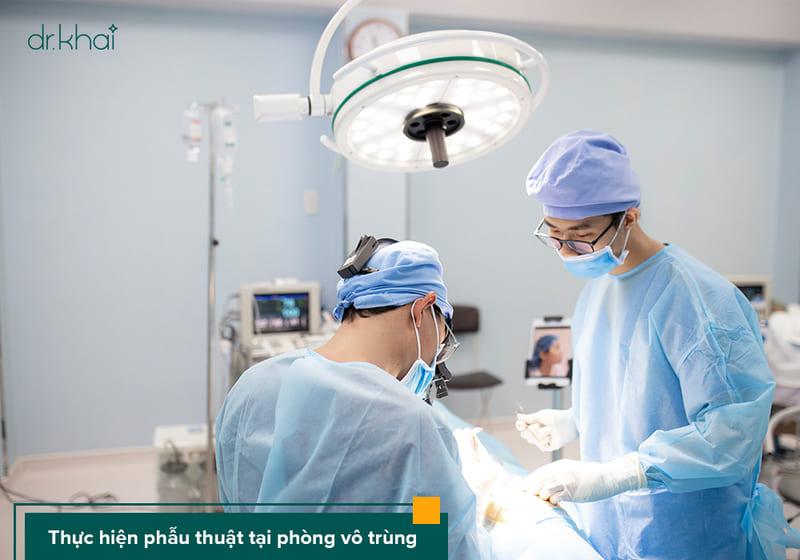 tiến hành phẫu thuật